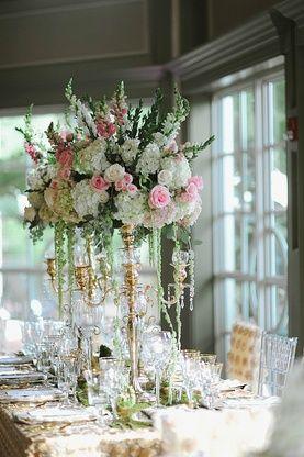 Длинные и высокие цветочные композиции на свадьбе