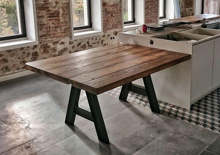 Mesa está hecha con tablones de andamiaje reciclados