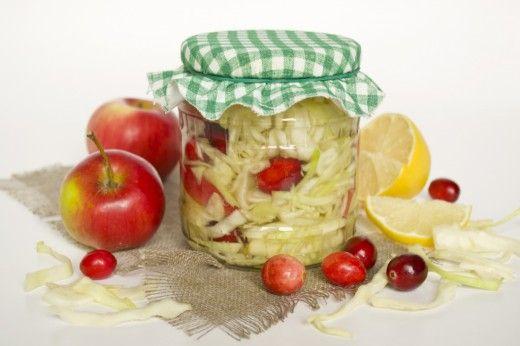 Маринованная капуста с клюквой.  Капуста, приготовленная по этому рецепту, получатся хрустящей, в меру кислой и очень вкусной. Приправьте готовую капусту с клюквой и яблоками оливковым маслом, и у вас получится вкусный, лёгкий, полезный салат из осенних огородных даров.