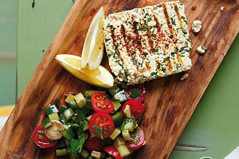veganer Kräuter-Grillkäse mit Gurken-Tomaten-Salat