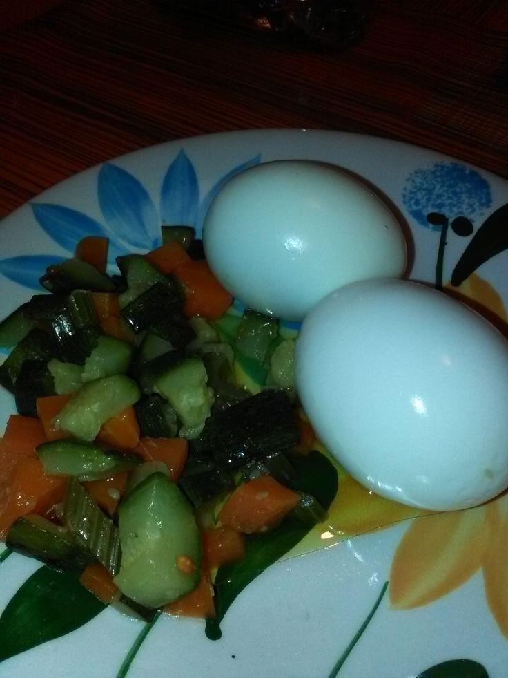 Uova+sode+con+verdure+al+vapore+home-made