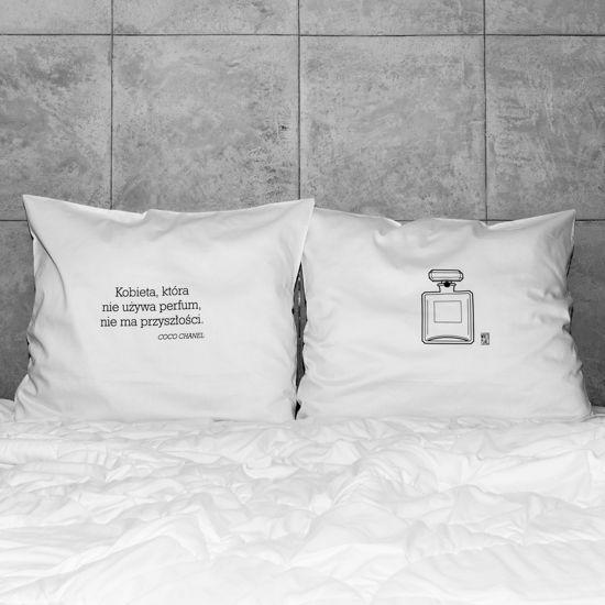 słowa, które odmienią każde wnętrze! białe, gładkie poszewki z zakładką 20 cm, 2 szt.100% bawełna (satynowana) dostępne wymiary: 80x70 cm, 60x50 cm prać ręcznie na lewej stronie maks. temp. 30°C seria: INSPIRATION #whiteplace #whiteplacepl #pillow #poszewka #dekoracja #prezent #gift #kobieta #perfumy #CocoChanel