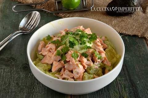 L'insalata di patate e salmone è un perfetto piatto unico. Le patate bollite sono condite con una crema a base di avocado, panna acida e lime.