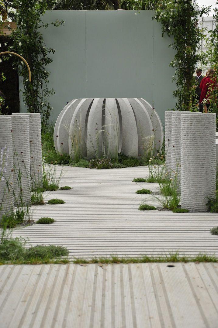 """Aleja jednego z konkursowych ogrodów. Targi Chelsea Flower Show są niebywałą okazją do podejrzenia trendów panujących w ogrodnictwie. Nagradzane ogrody najbardziej znanych specjalistów, cała gama roślin oraz elementów z pogranicza sztuki i designu - takie są londyńskie targi. Redakcja """"Mojego Pięknego Ogrodu"""", """"Przepisu na Ogród"""" oraz """"Kocham Ogród"""" szukała na wystawie inspiracji do kolejnych materiałów, efekty poszukiwań zobaczycie w galeriach na naszym profilu Pinterest."""