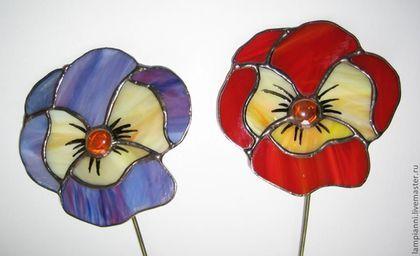 Купить или заказать 'Анютины глазки' разноцветные, декор для цветов в интернет-магазине на Ярмарке Мастеров. Декор для цветов в горшках и вазах. Цветок выполнен из витражного стекла в технике Тиффани. Прекрасно смотрится на окне в лучах солнца, а так же в саду. Возможны другие цвета на заказ. Длина стержня возможна 20-40 см, а так же возможно изготовление в виде подвеса. Готовые цветы www.livemaster.ru/lampianni?