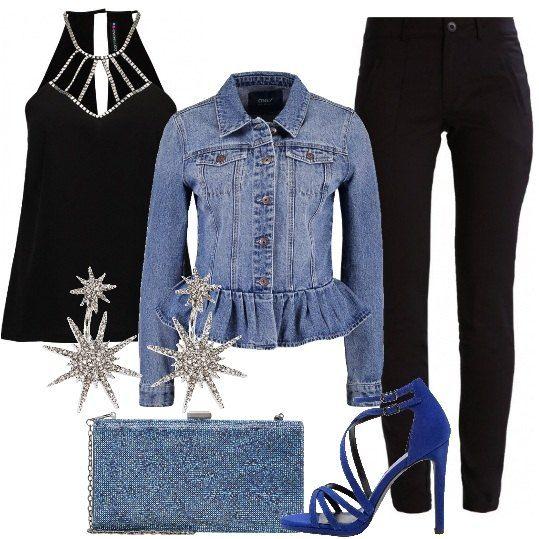 Pantaloni black deep, slim, alla caviglia, top black senza maniche, giacca di jeans con volant sul fondo, sandali mid blue con tacco alto, clutch navy e splendidi orecchini. Questo è il look per una serata in cui vogliamo sentirci semplicemente belle.
