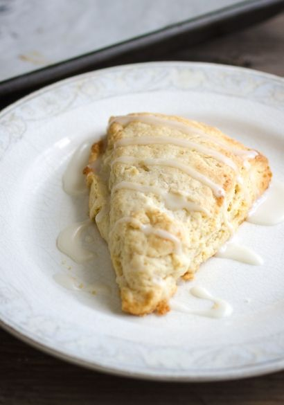 Scones à l'érable - 1/2 tasse de sirop d'érable 1 c. à soupe de jus de citron 1 œuf 1 blanc d'œuf 2 1/4 tasses de farine tout usage 2 c. à soupe de sucre 2 c. à thé de poudre à pâte Une pincée de sel 3/4 de tasse de beurre froid, coupé en cubes POUR LE GLAÇAGE 1/2 tasse de sucre glace 3 c. à soupe de sirop d'érable