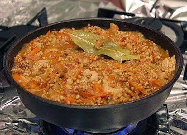 Ингредиенты : Гречневая крупа - 150 гр . Фарш мясной - 250-300 гр . Лук репчатый - 1 шт. Томатная паста - 2 ст.л. Чеснок - 2 зубчика . Морковь - 1 шт ( небольшая ) . Масло растительное - 2-3 ст.л.На 3 порции .  Приготовление гречки по - купечески ( с фаршем ) : 1. Гречку промыть , подсушить на сковороде , смазанной маслом .