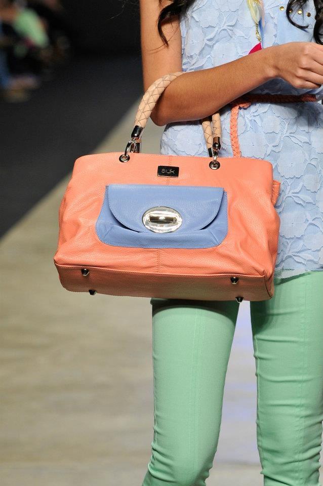 Bolso Color mandarina Con Azul celeste.   Pronto En Nuestra Tienda de La 5ta Centro Comercial.