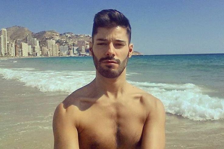 Un monito anda suelto por la playa de Benidorm!   #holidays #semanasanta #vacaciones #benidorm #costablanca #handsome #cuteboy #happy #gaylove #alicante #sun #selfie #gayguy #playa #goodmorning #juevessanto #beach #thursday #followme #bestoftheday #photooftheday #tagsforlikes #picoftheday #moreno #beard #smile #swagger #followforfollow #viaje #semanasanta2016