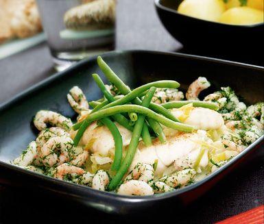 Smarrig fiskrätt med milda smaker som hela familjen tycker om! Rödspättafiléerna får god smak när de kokas i buljong och grädde tillsammans med fräst purjolök. Fisken toppas med räkor och dill innan servering.
