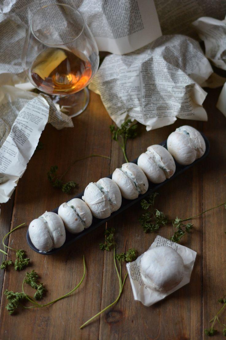 Les macarons de champignons au fromage frais & fines herbes : la recette d'un apéro végétarien bluffant en trompe l'oeil.