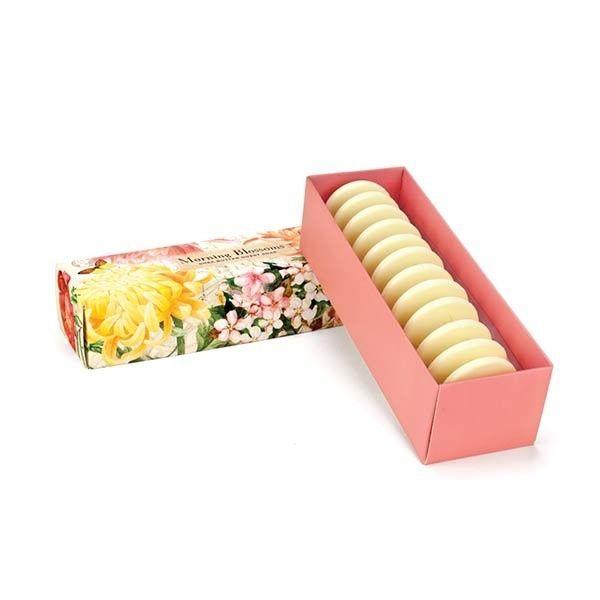 MORNING BLOSSOMS Guest Soap Set Están hechos de aceite de palma vegetal puro y enriquecido con mantequilla de karité humectante para mantener la piel suave y flexible.