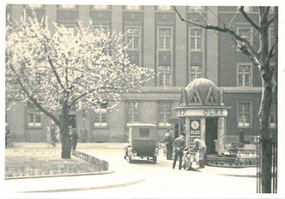 HANNOVER RASCHPLATZ 1922 vor dem Postscheck Amt. Erste Tankstelle Deutschlands