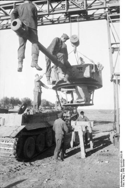 Repairing a Tiger I heavy tank Russia 21 June 1943. Credit: Bundesarchiv Bild 101I-022-2922-38 Kipper.