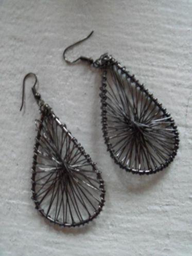 zilver grijs gespanne ijzerdraad druppels oorbellen