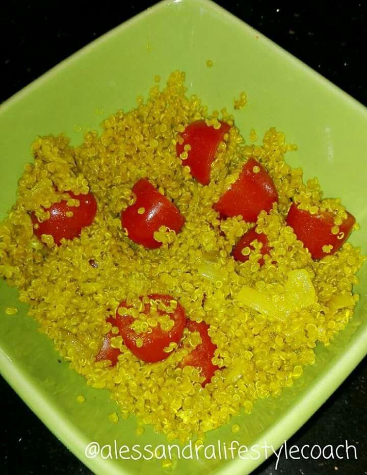 Un pranzetto veloce, sostanzioso e profumatissimo 🍜 #quinoa con #verdure 🍲 e #pomodorini 🍅🍅🍅 E voi cosa avete mangiato di buono? 🍛😊 #alessandralifestylecoach #mangiaresanoportalontano #htribe #perderepeso #curcuma #curry #tornareinforma #benessere #salute #cibosano