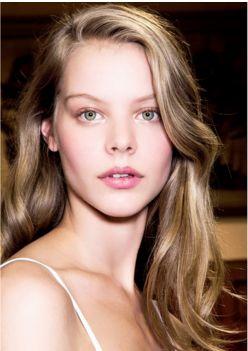 Bu yılın en son saç renklendirme trendi olan Babylights, sarışın-bebeklerin saçlarında ki doğal renk tonlarından esinlenilmiştir. Beyaz sarışın ya da açık kahve vurgular ile küçük bir çocuğun saçındaki doğallığı elde ederken bir yandan da saçınızdaki ha f ışıltılar güneşte açılmış hissi veriyor. Uygulamanın en temel özelliklerinden birisi ise neredeyse her saç tipine uygulanabilir olmasıdır. #HandeHaluk #ulus #zorlu #zorluavm #zorlucenter #beautiful #beauty…