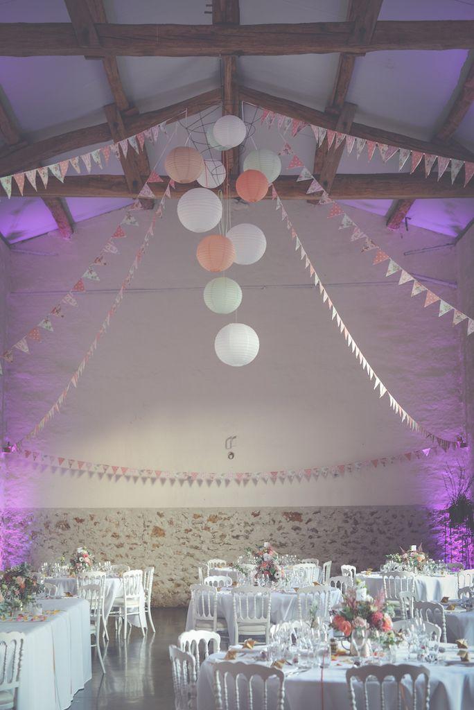 Décoration de salle de mariage avec boules colorées et fanions by @agencehappynd   Wedding room décoration. #wedding #decoration
