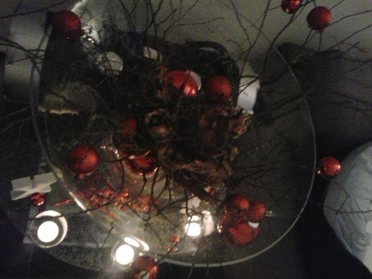 Kerstballen aan takken en amarylis