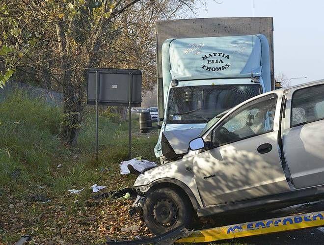 Scontro frontale tra auto e furgone: muore un ragazzo di 23 anni