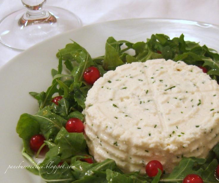 Ricottina (fatta in casa!) all'erba cipollina con insalata di rucola e ribes al miele di bosco