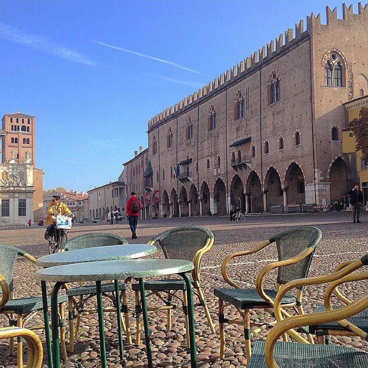 Tavolini affacciati tra vita quotidiana e storia (Palazzo Ducale Mantova) by paolomantovan