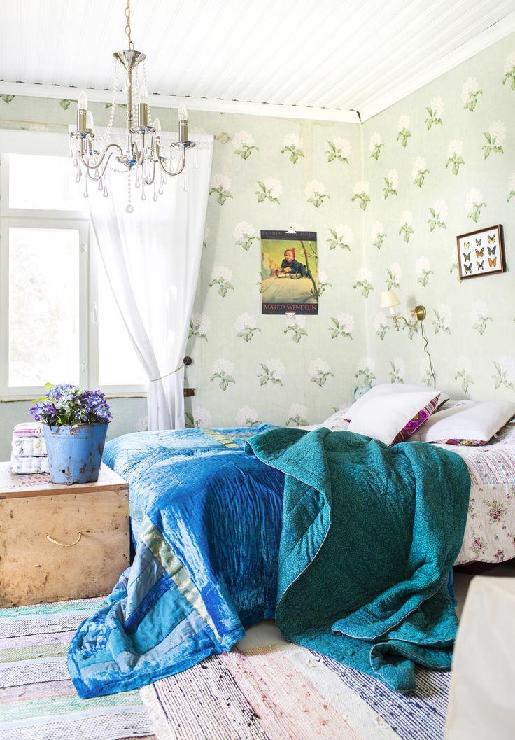 Vanhan hirsitalon rento makuuhuone. Bedroom in an old log villa.   Unelmien Talo&Koti Kuva: Hanne Manelius Toimittaja Ilona Pietiläinen