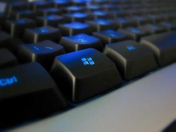 22 ПОЛЕЗНЫЕ ФУНКЦИИ КНОПКИ WIN.                         Возможности клавиши Win далеко выходят за рамки простого вызова меню Start. C ее помощью можно вызывать самые разные системные утилиты, управлять окнами, блокировать компьютер и многое другое. Особенно актуально освежить знания об этих горячих клавишах, так как уже у многих стоит Windows 8, где из-за отсутствия привычной кнопки Пуск, именно использование клавиатурных сочетаний является самым удобным способом выполнения многих операци