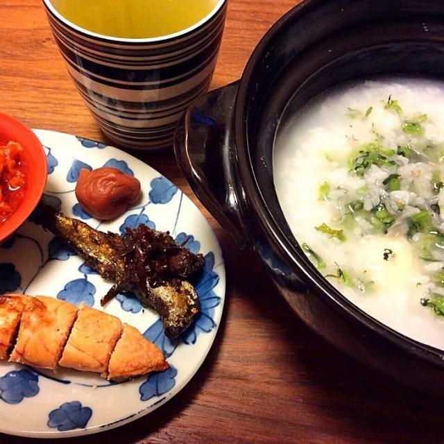 今日の夕飯 土鍋で炊いたお粥に焼き餅と野沢菜ちりめんを入れてみました(^_^;) - 21件のもぐもぐ - 餅入り七草粥もどき、焼きたらこ 2015.1.11 by kirahime