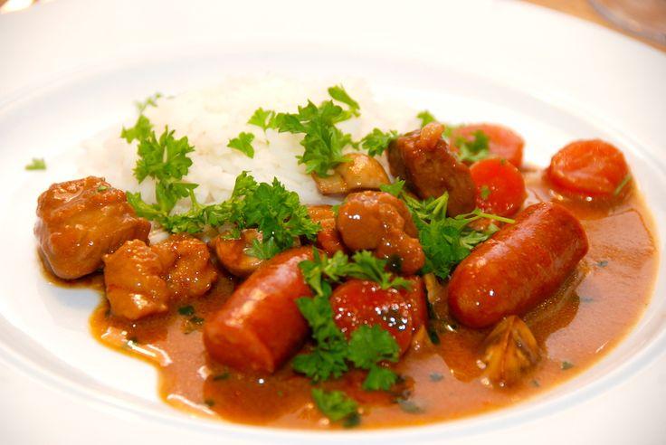 Opskrift på den bedste jægergryde, der er en vidunderlig gryderet med svinekød, bacon, fløde, champignon og små pølser. Serveres med ris. Jægergryde er en klassiker indenfor gryderetter, og der fin…