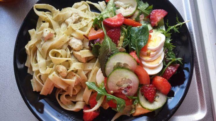 gezonde pasta salade met aardbei en kip