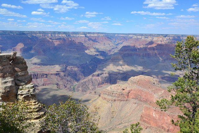 Que ver en el Gran Cañón del Colorado. En este artículo te informamos de las rutas de autobuses, miradores, vuelo en helicóptero y alojamiento [...]
