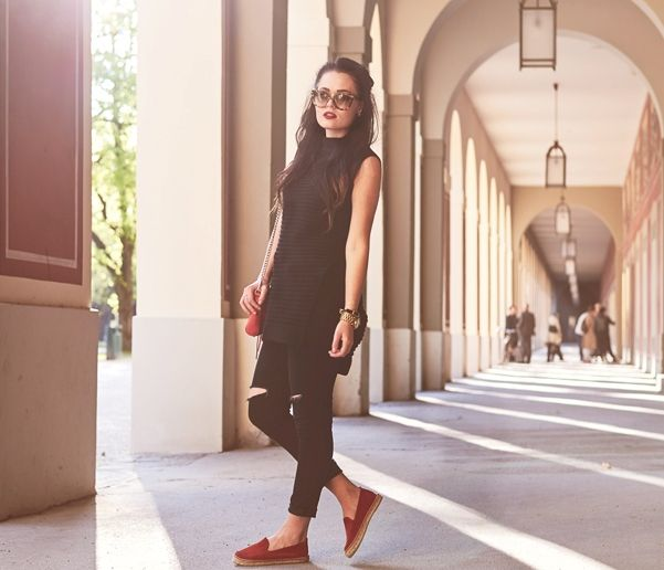 all-black-outfit-with-jeans-and-red-espadrilles