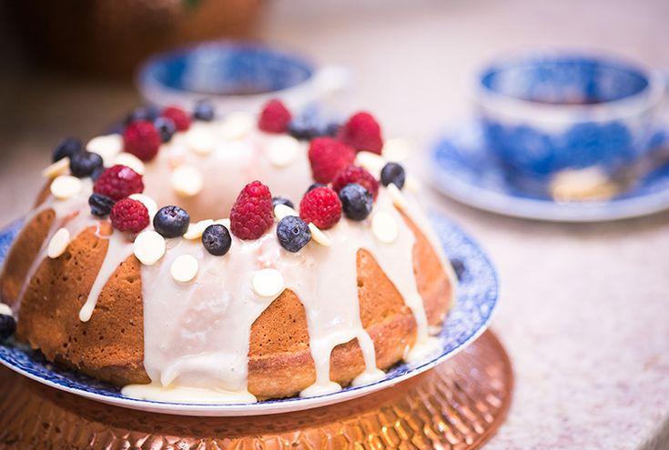 Receita de bolo de coco com cobertura de chocolate branco