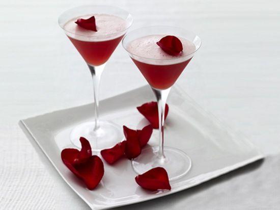 Coctel de ananá, pomelo y pétalos de rosas