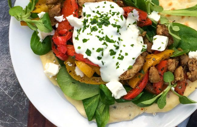 Met dit makkelijk recept maak je superlekkere Griekse gyros op basis van kip, Griekse kruiden, veldsla, gegrilde paprika, tzaziki en feta. www.vertruffelijk.nl
