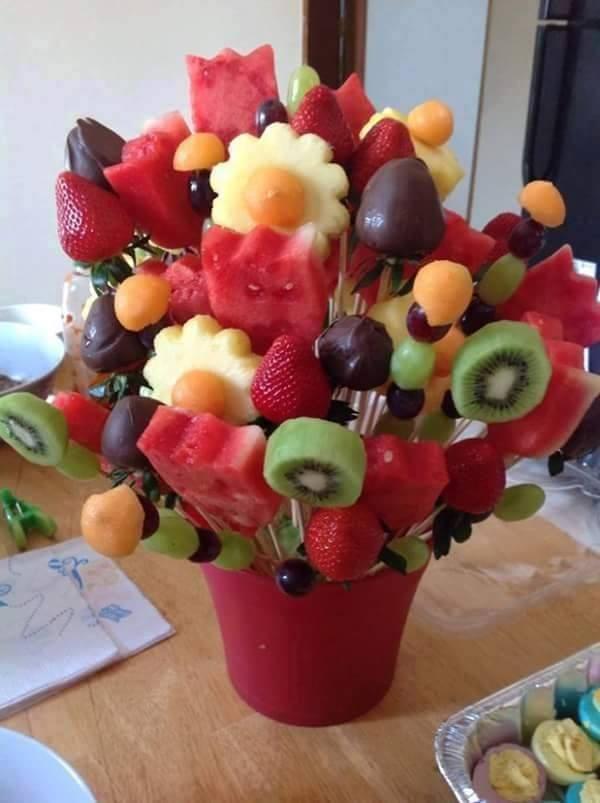 brochetas de frutas (kiwi, fresa, piña, uva, melón, sandía ...)