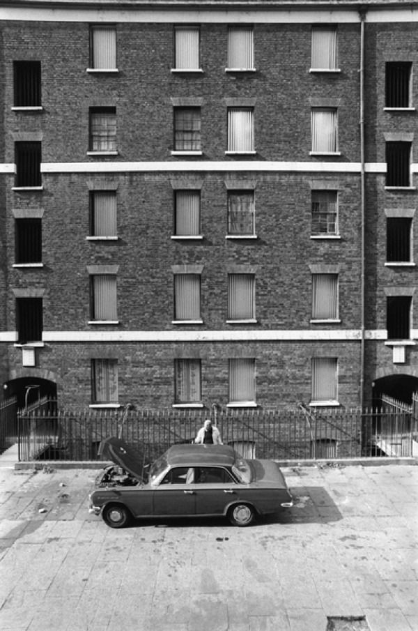 Peabody Housing Estate. Tower Hamlets Whitechapel 1975. Homer Sykes http://www.homersykes.com/