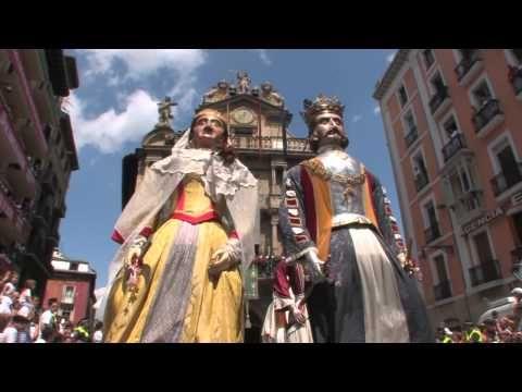 Gigantes de Pamplona bailando al son de La Pamplonesa en Sanferines HD