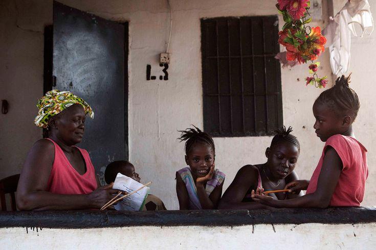 avó ensinas as netas em Serra Leoa
