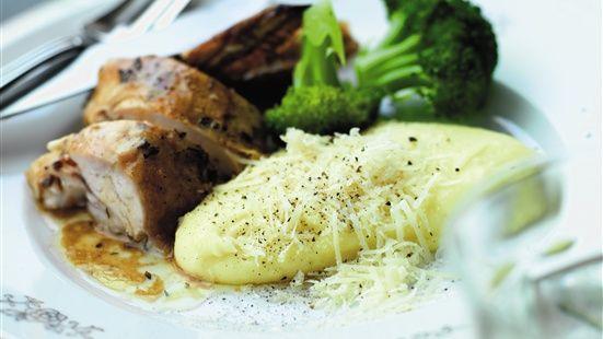Krydda kycklingen med olivolja, salt, peppar och timjan. Lägg i ugnsfast form och häll vinet runt om. Stek i ugn på 150 grader varmluft ca 1½ timme tills kycklingen är klar. I vanlig ugn; höj temperaturen till 175 grader. Ös regelbundet med skyn under stekningen. Koka potatis i saltat vatten tills den är klar. Häll av och låt ånga av någon minut. Pressa genom en potatispress. Värm mjölken och blanda med potatisen. Vänd ner olivolja och parmesanost i purén. Smaka av med lite salt och peppar…