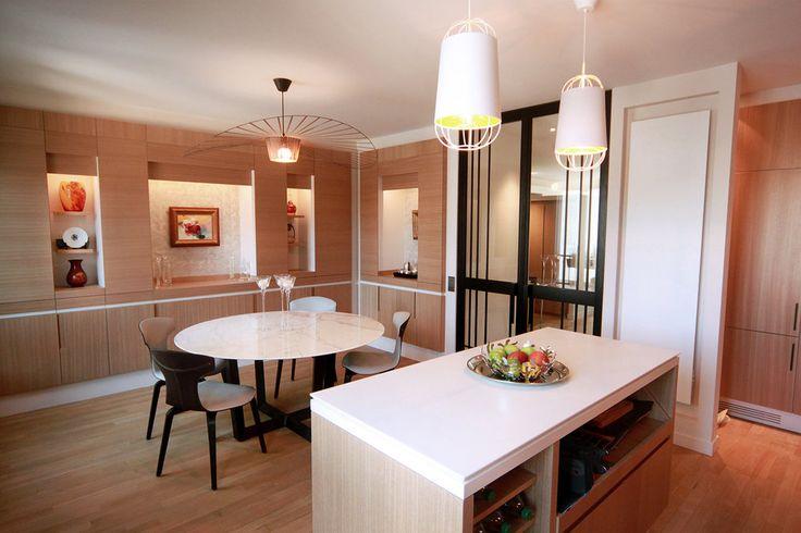 Ce grand appartement de 250 m², situé au pied du Champs de Mars, a été totalement redistribué pour créer un appartement familial à la fois fonctionnel et esthétique.  Un étage a été dédié à l'espace nuit, accueillant chambres et salles de bain. L'étage supérieur, lui, est consacré aux espaces de vie et une mezzanine a été créée dans le salon afin d'optimiser l'espace habitable et de disposer d'un coin bibliothèque à part entière.  Les détails de ferronnerie et le mobilier entièremen