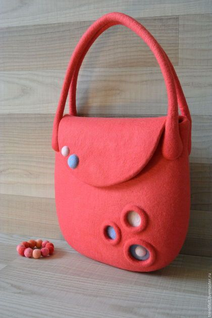 Купить или заказать Сумка валяная 'Миа', коралл, коралловая сумка в интернет-магазине на Ярмарке Мастеров. Новая летняя сумочка модного цветового сочетания - голубой + коралловый. Эффектно подчеркнет Ваш летний воздушный и яркий look! Удобная длина ручек позволяет носить сумку как на плече, так и в руке. Войлочная сумка удобно закрывается на магнитную кнопку. Внутри 2 цельноваляных кармашка. Можно повторить с карманом на молнии. В комплект к сумочке можно сделать кошелек, браслет или ...