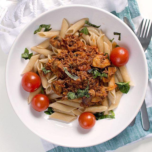 En riktigt god köttfärsås görs med nötfärs, någon svamp och vitpeppar 👌 Just vitpepparn gör faktiskt större skillnad än man tror. Det ger lite mer stuns i smakerna 😁 Vad har du för köttfärssås-knep? Berätta hemligheten!