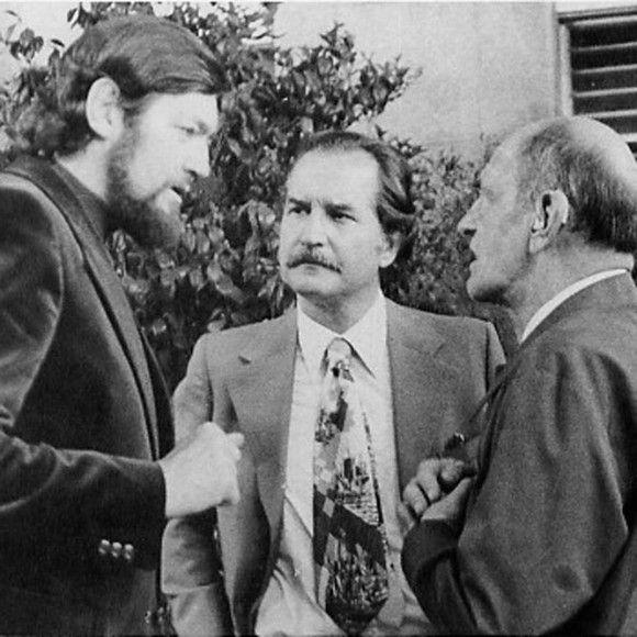 Carlos Fuentes entre os escritores Julio Cortázar e Luis Buñuel