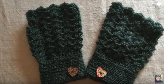 Si chiamano mezzi guanti, o guanti senza dita, o fingerless in inglese; il risultato è sempre quello: tenere al calduccio le mani ma avere le dita libere.  Il tutorial spiega come farne un paio a u
