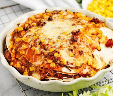 Barnens favorit är garanterat den här tacotårtan! Färsen blandas med hälften av majsen och får smak av chunky salsa. Lägg sedan om vartannat, tortillabröd, färs, tortillabröd, färs och avsluta med ett lager ost. Grädda i ugnen och servera med gräddfil, majs, gurka och sallad. Vilken fredagsfest!
