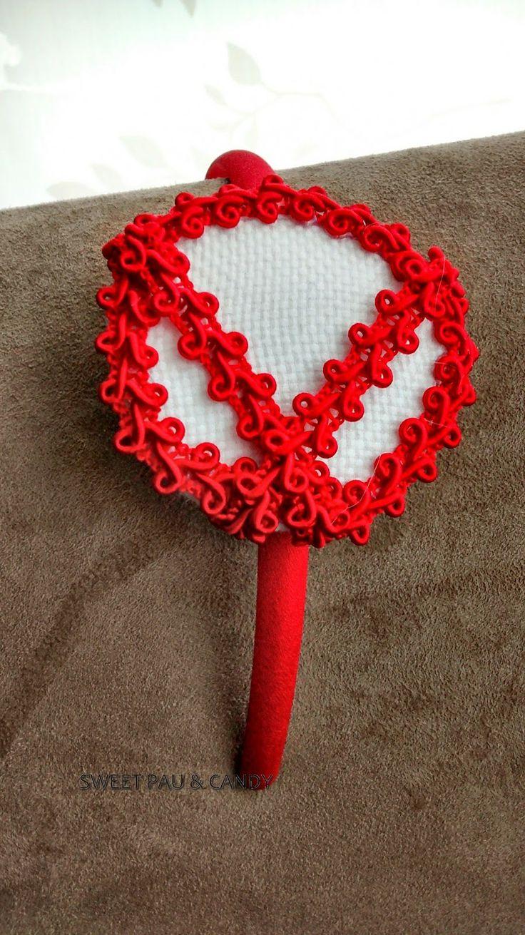 Diadema modelo tocado pasamanería roja, forrada raso rojo.Artesanal Headband red & white. Handmade.