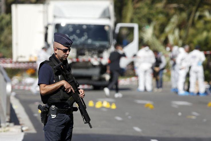 """Nejdříve šlo o redakci týdeníku a košer obchod, posléze teror udeřil na koncertní síň, bary i fotbalový stadion – nyní se přesunul na jindy idylické jihofrancouzské pobřeží v Nice. Francie se stává hlavním terčem nejhorších útoků v Evropě, a to i tehdy, kdy funguje v režimu mimořádných opatření. Za národní """"kletbou"""" stojí podle znalců svébytná migrační politika i diskriminace, kterou lidé s odlišnými kořeny dlouhodobě cítí."""